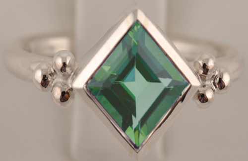 silver-facet-square-peridot-ring